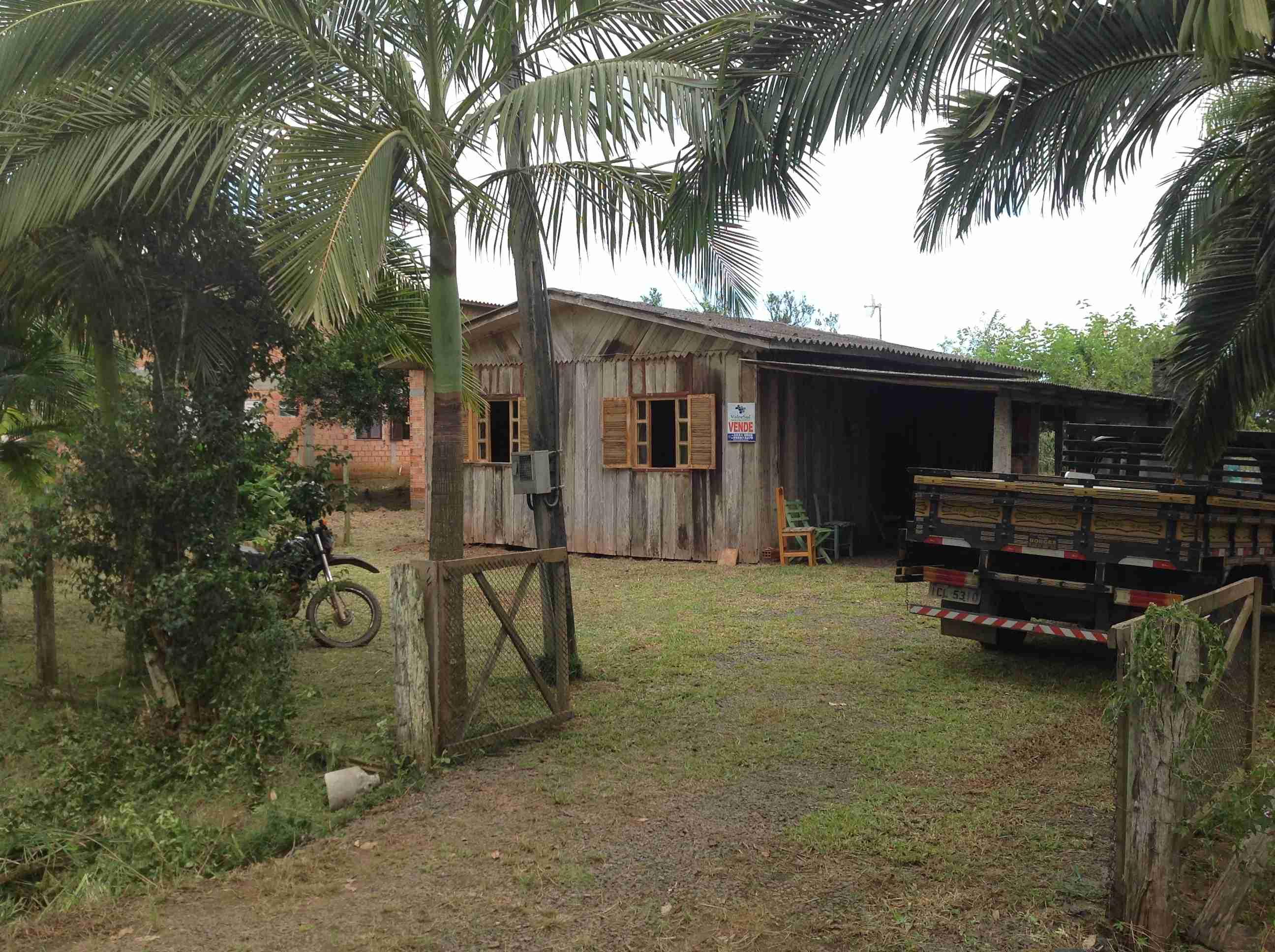 Casa de madeira mais kit net (066 ) mobiliada ,pronta p/alugar alunos IFC próximo á instituição 200 mtrs.3 quartos,banheiro,cosinha,garagem,churrasqueira,mais Kit_Nét com cosinha,banheiro e quarto.