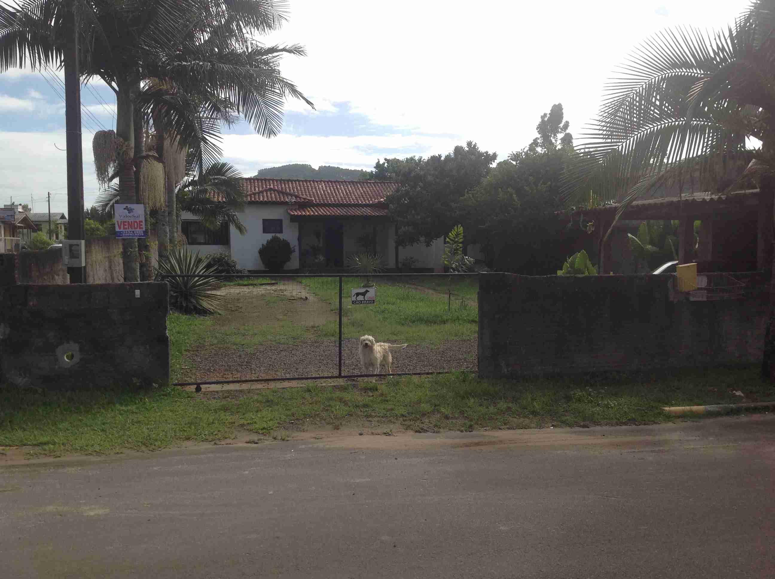 Casa de Alvenaria (071) 2 quartos,sala,cosinha,banheiro,área de serviço,garagem com churrasqueira,murada,lote esquina Avenida Damasio Peres,centro.