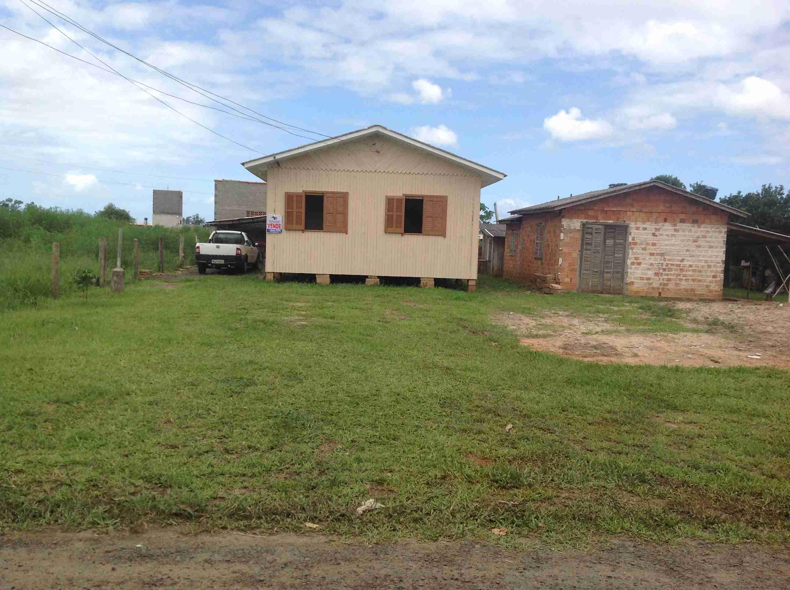 Casa Madeira (072) Sala,Cosinha,2 quartos,área de serviço,banheiro,garagem,churrasqueira.