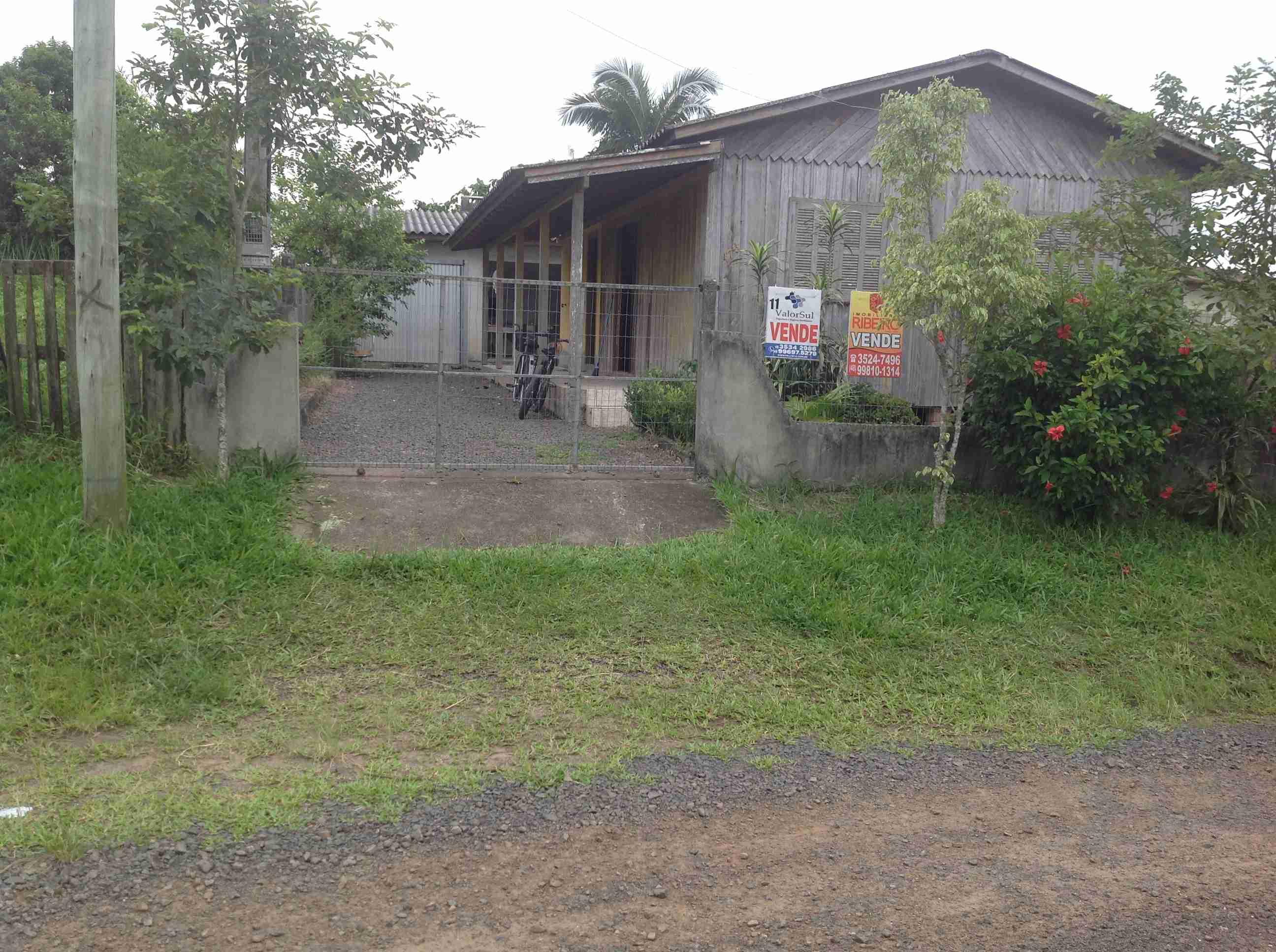 Casa mista (011) 3 quartos,sala, cosinha,banheiro, garagem fechada com churrasqueira mais área de serviço e laser.