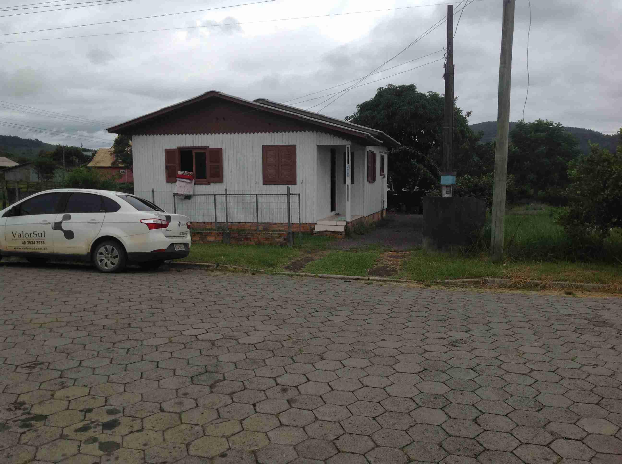 Casa Madeira (096) 3quartos,sala,cosinha,banheiro,área de serviço c/ fogão a lenha ,garagem,terreno 12×30