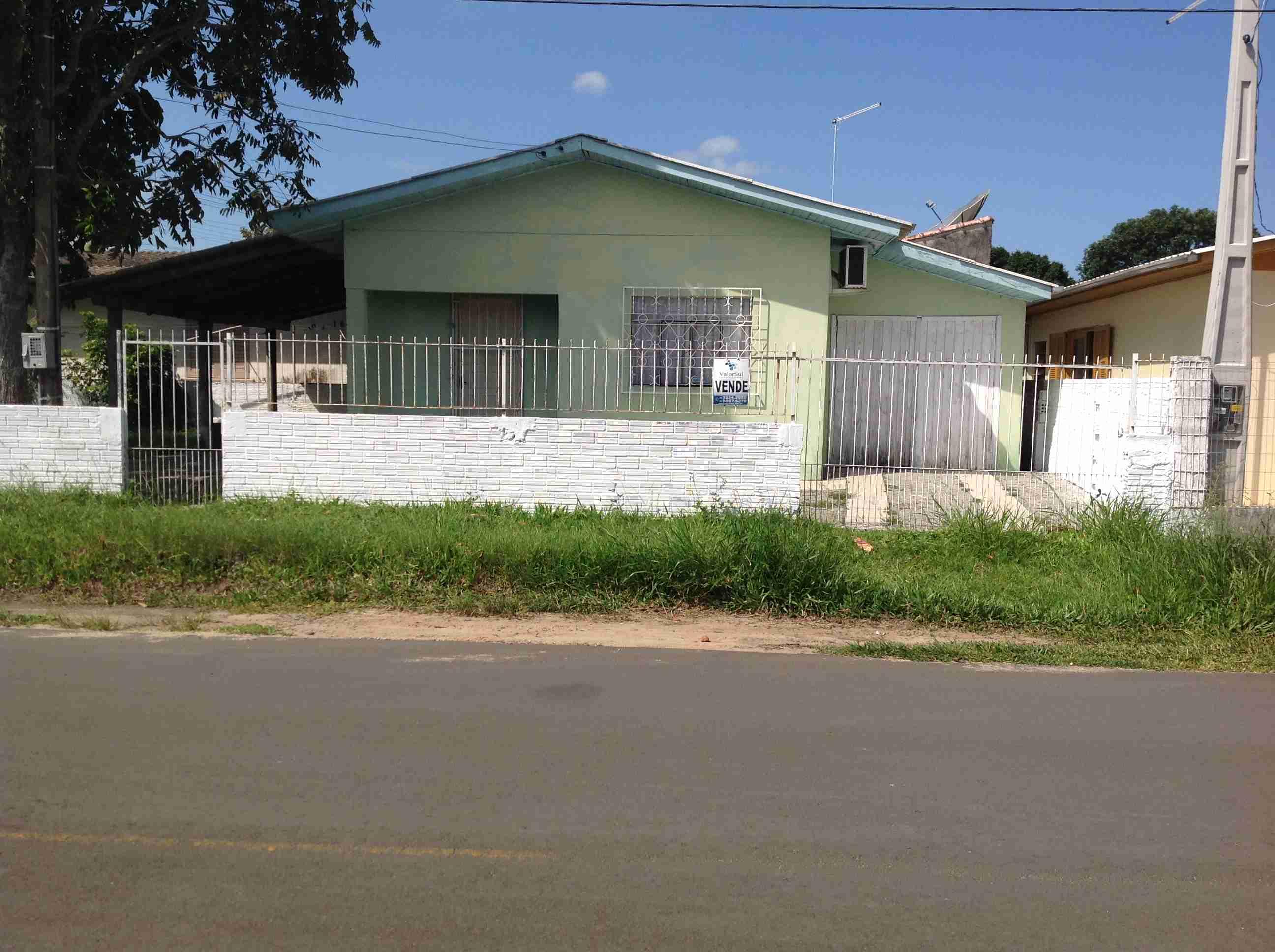Imóvel (136) 01 casa um dormitório,sala cozinha geminada,banheiro garagem fechada,lote 12×27